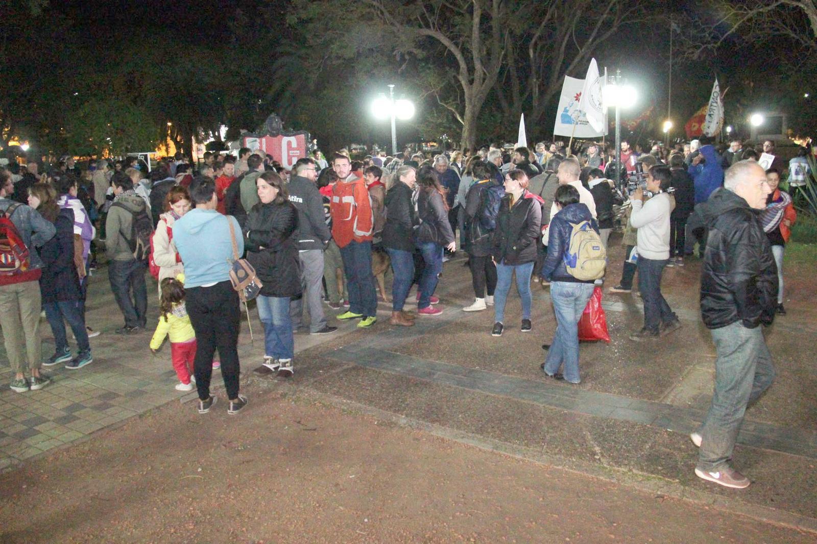 FOTO J. BARRERA NI OLVIDO, NI PERDON./ Los manifestantes reclamaron juicio político a los jueces que votaron a favor del 2x1 para los delitos de lesa humanidad.  PRESENTES./ Los asistentes a la marcha homenajearon a los 18 desaparecidos de Rafaela.
