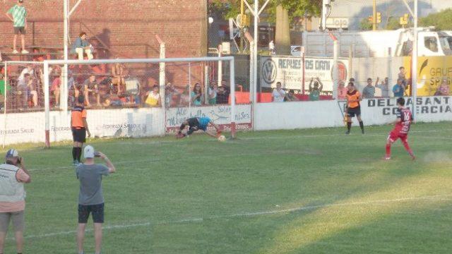 FOTO LIGA RAFAELINA DE FUTBOL CERTERO./ El equipo de San Vicente fue más efectivo y tuvo a Nocera como figura.