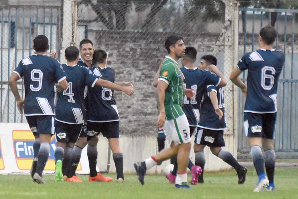 FOTO M. LIOTTA FESTEJO. / Luis Ybáñez abrió el camino de la victoria en la tarde de ayer. Todos celebran con el defensor.