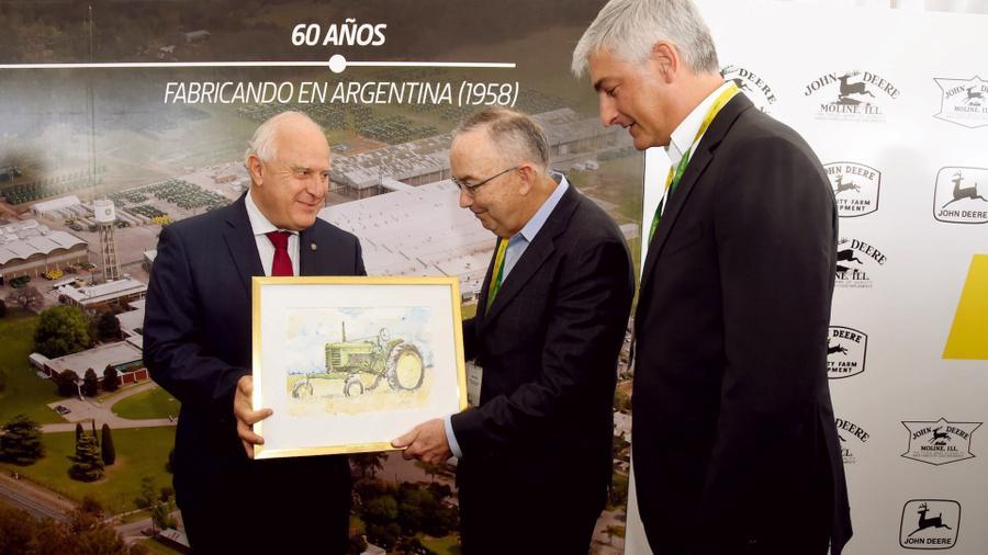 FOTO IP PLAQUETA./ El gobernador con directivos de John Deere en Granadero Baigorria.