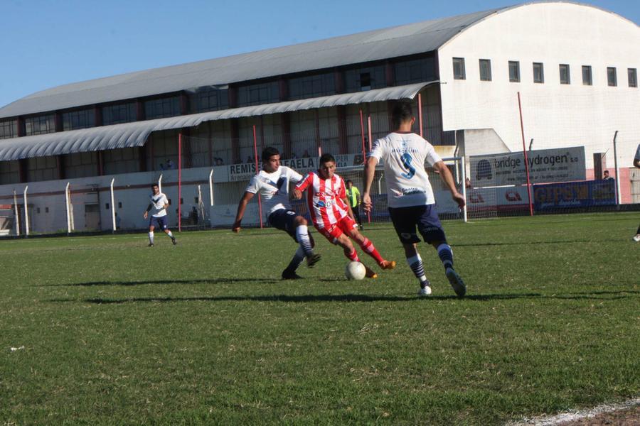 FOTO N. SANCHEZ NO PUDO. / El conjunto 'Juliense' cayó ante Sportivo Rivadavia de Venado Tuerto en el Germán Soltermam.