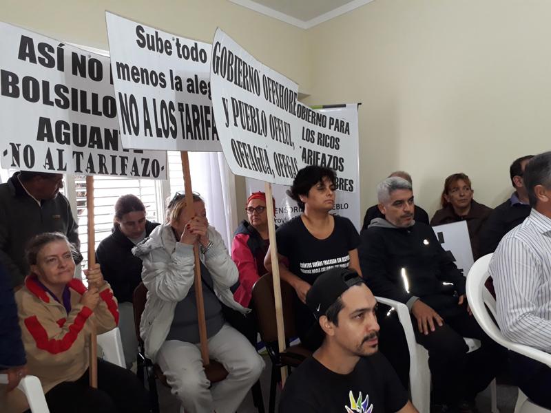 FOTO J. BARRERA DEFENSORIA./ Concejales y funcionarios del organismo provincial en la sede de Brown 73. VECINOS./ En la reunión con carteles.