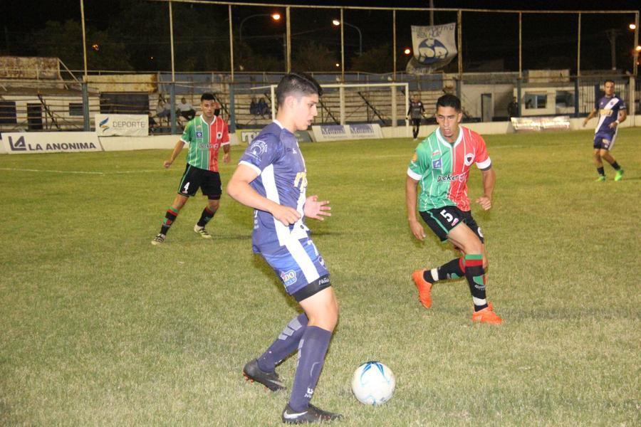 FOTO J. BARRERA JUVENIL./ Ramiro Contrera maniobra ante Gómez.