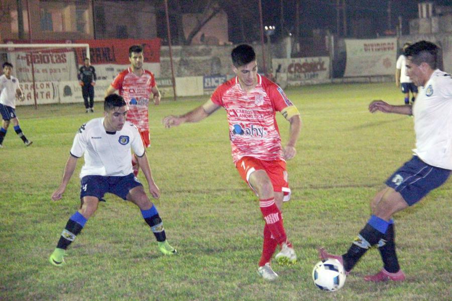 FOTO J. BARRERA CAMBIO DE ROLES. Maxi Aguilar tuvo que jugar como volante central y redondeó una buena actuación en la agónica victoria juliense.