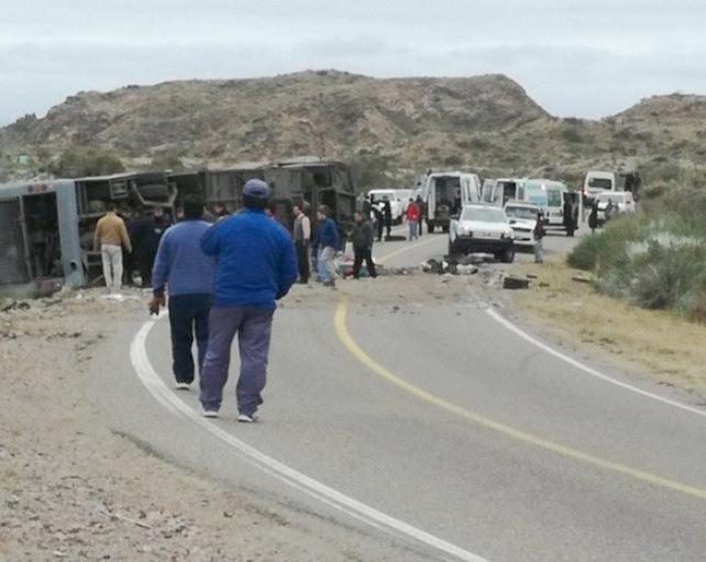 Tragedia vial en Mendoza: al menos 12 muertos al volcar un micro