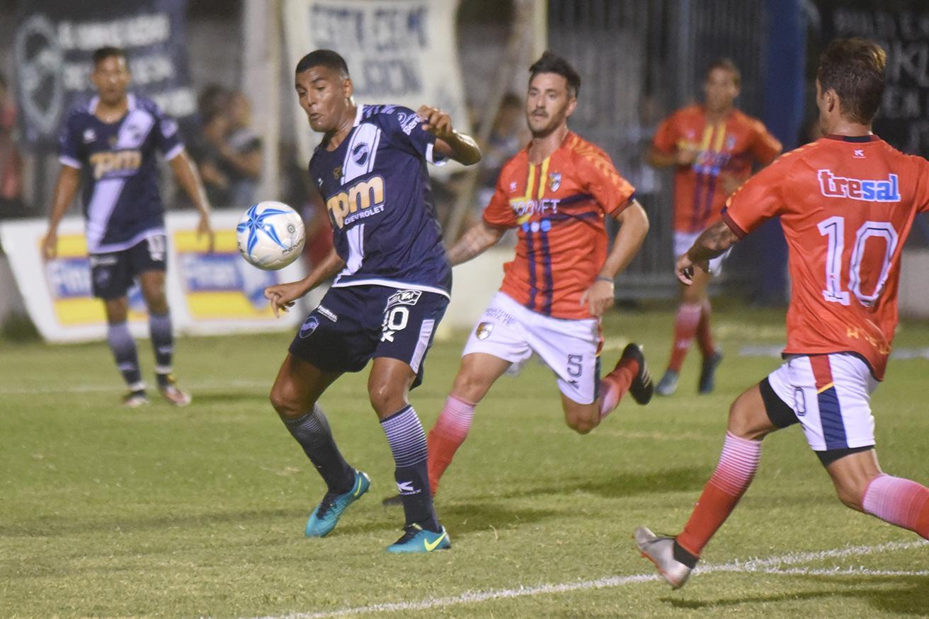FOTO M. LIOTTA INTERMITENTE./ Marcos Quiroga en muy pocas ocasiones pudo darle fútbol a la BH. Fue reemplazado en el segundo tiempo.