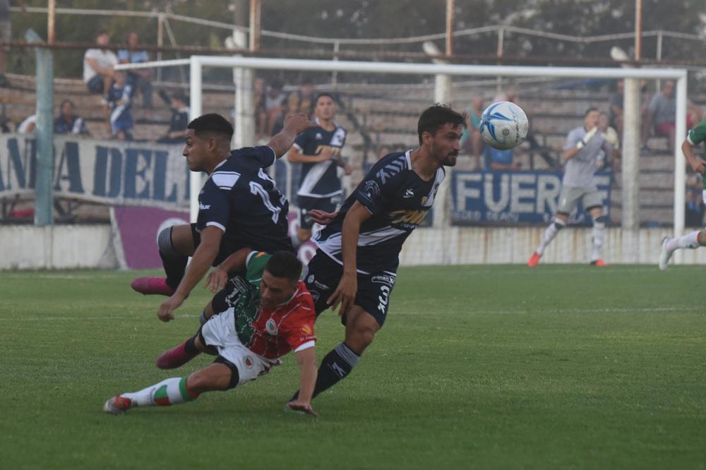 FOTO M. LIOTTA PARA LA AUTOESTIMA./ Valsagna trata de seguir con la pelota, con Quiroz y Novero quedando fuera de acción.