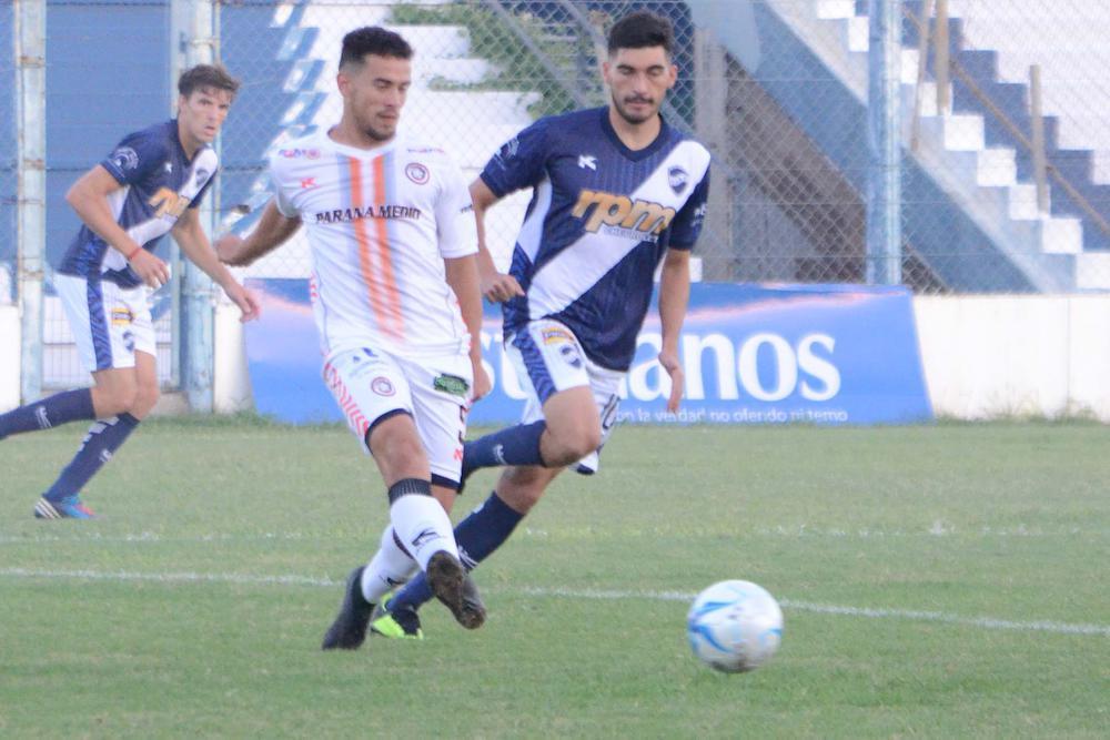 FOTOS M. LIOTTA GRAN PEGADA. Santiago Paz logró el descuento con un golazo de tiro libre y estuvo cerca de convertir en otros dos.   APROBADO. Pablo Pavetti, de buen segundo tiempo, generó la acción que terminó en el gol en contra de Galetto.