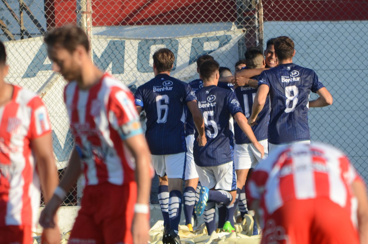 FOTO M. LIOTTA LA APERTURA./ Los jugadores benhurenses festejan el primer gol convertido por Giacopetti.