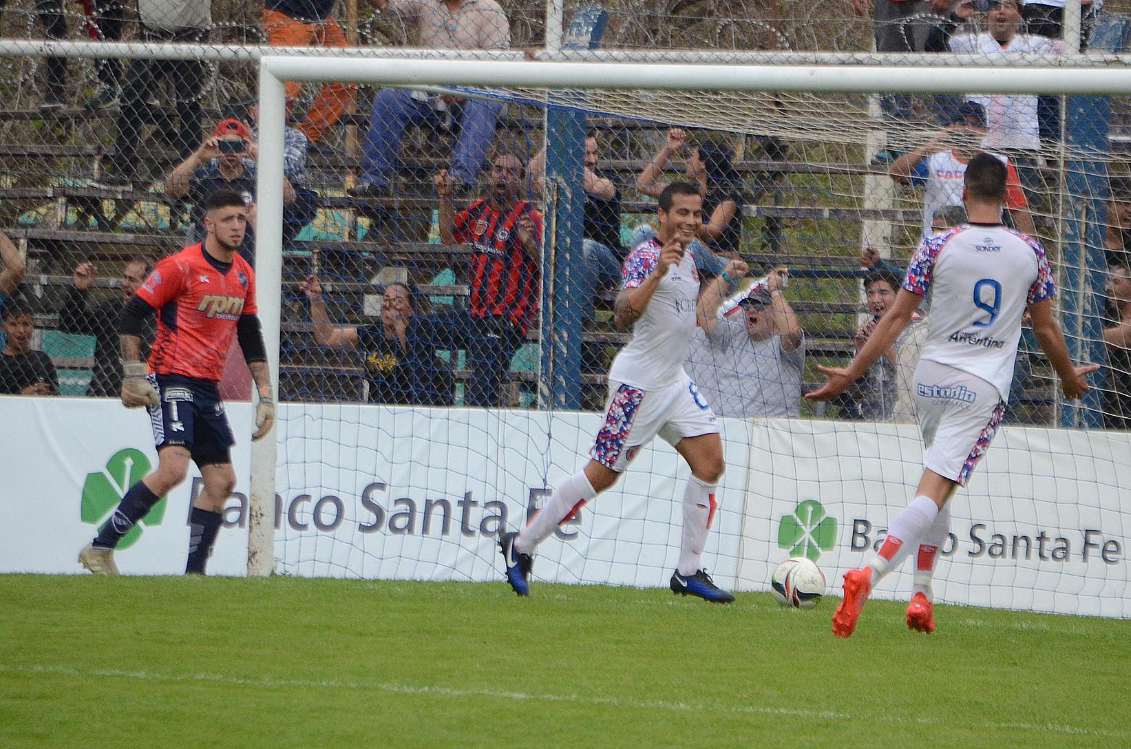 FOTO M. LIOTTA FESTEJO. / Lucas Lazo ya anotó, de penal, y celebra el gol que le terminó dando la victoria a Central Córdoba en Rafaela.