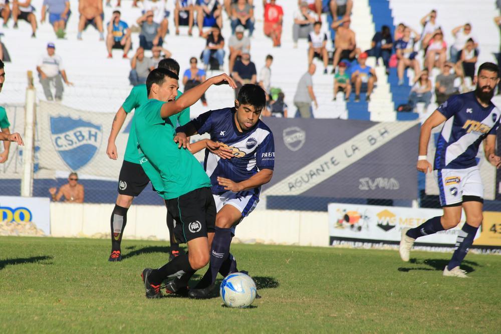 FOTO M. LIOTTA INCISIVO./ Leo Ochoa buscó el arco rival, aunque no se le dio el gol en esta oportunidad.
